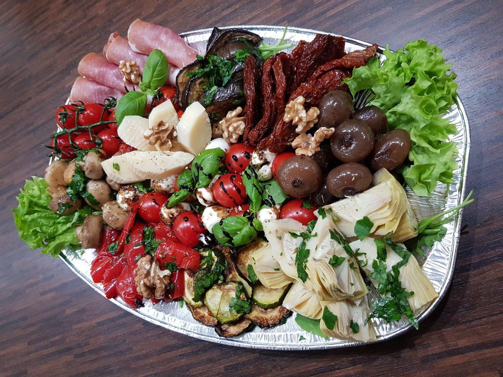 Antipasti italienischer Art mit Grillgemüse, Parmesan, Grana Padano und Parmaschinken